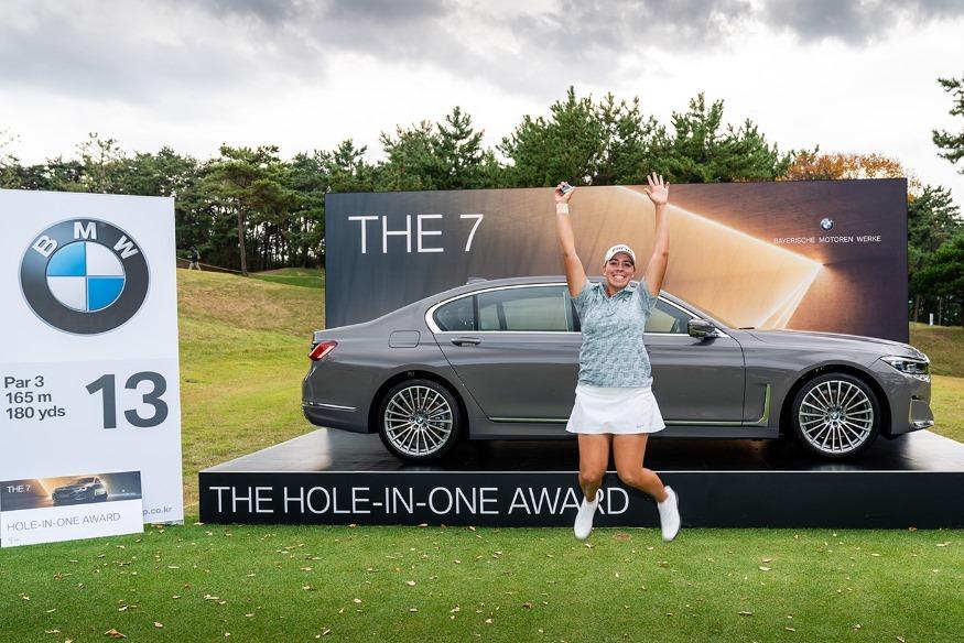 [사진] BMW 레이디스 챔피언십 13번 홀에서 홀인원을 기록한 크리스틴 길만 선수가 부상으로 받은 BMW 뉴 7시리즈 차량 앞에서 크게 기뻐하고 있다.jpg